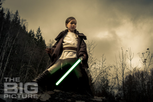 Jade the Jedi, female Jedi ready to attack on Endor under a dark sky, Star Wars cosplay - Children's Photography